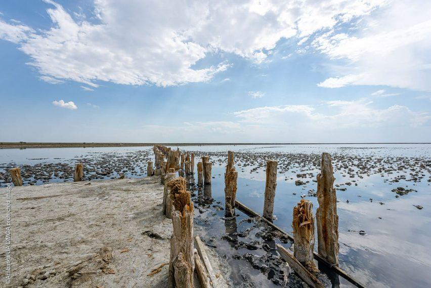Остатки деревянных чек на озере