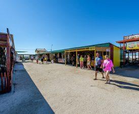 Рынок рядом с озером