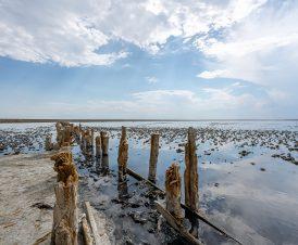 Деревянные чеки на озере