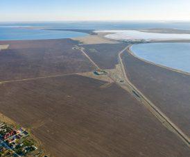 Вид на озеро и поселок Приозерное