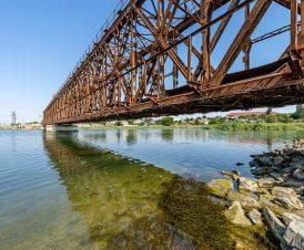 Старый железнодорожный мост через пролив