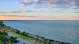 Вид на генический маяк и дикий пляж
